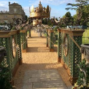 Giant crowns, Versailles scene